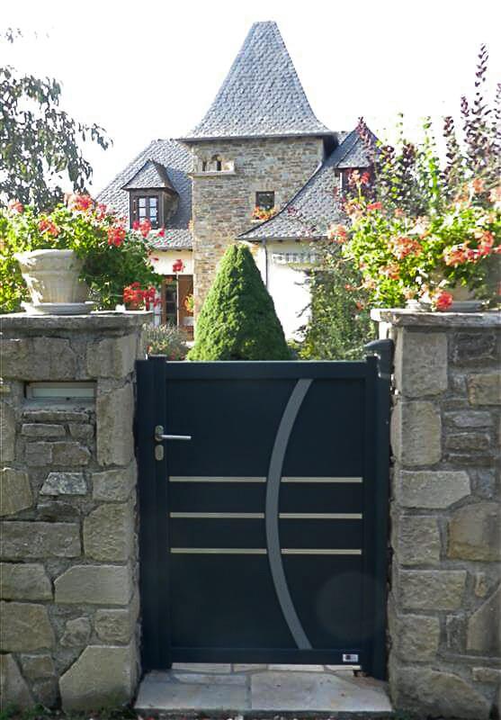 Quelles sont les caractéristiques d'un portillon en aluminium standard ?